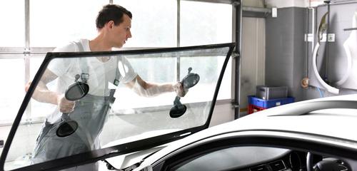 Autoteile: Austausch der Frontscheibe in der Kfz Werkstatt Janssen (Leer, Ostfriesland)