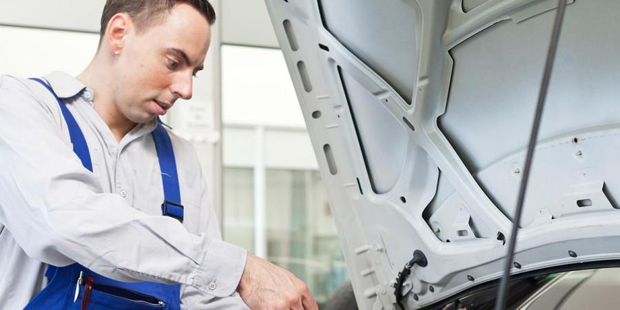 Blick in die Kfz-Werkstatt: Autoreparatur