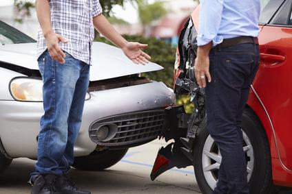 Unfallschaden. Zwei Pkw-Fahrer streiten.